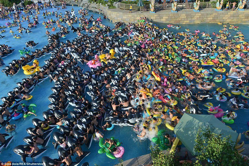 พร้อมกันโดยมิได้นัดหมาย !! ชาวจีนนับพัน มาเล่นน้ำที่สวนน้ำ สงสัยว่าจะร้อนจริง ๆ