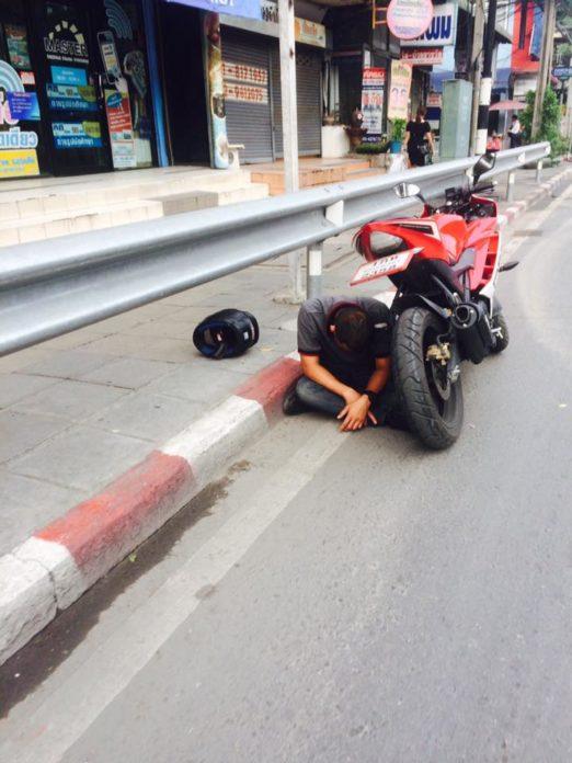หนุ่มจอดรถข้างทาง นั่งคอตกข้างรถ น่าเป็นห่วง