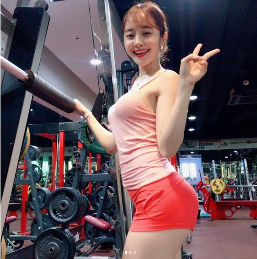"""ส่องภาพ สาวเซ็กซี่โยนลูกเบสบอลในตำนาน """"ชอย ซอล-ฮวา"""""""
