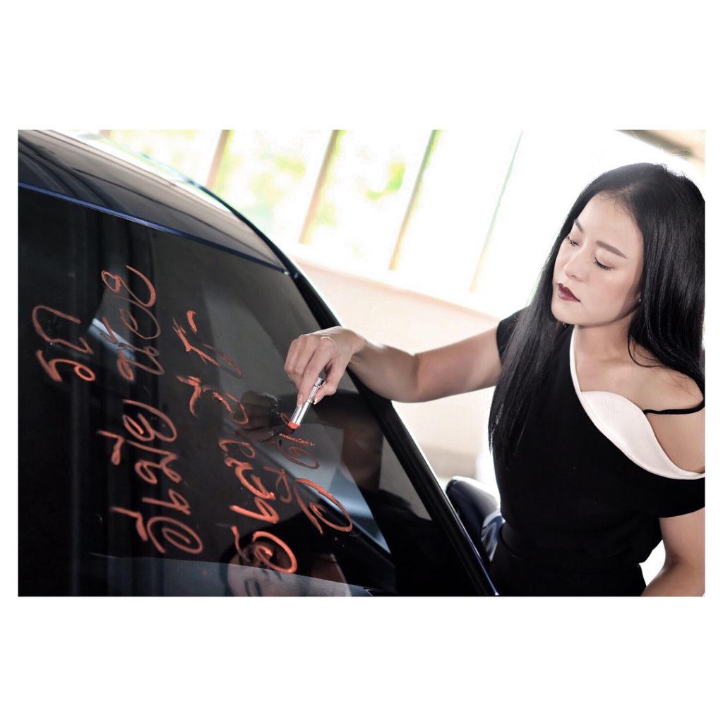 หนิง ปณิตา ของขึ้น เขียนด่าประจานบนกระจกหน้ารถว่า Eเมียน้อย