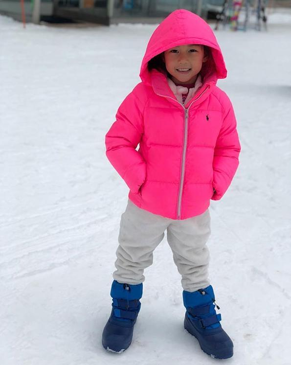 พลอย ชิดจันทร์ พาลูก 4 ไปเที่ยวลุยหิมะ กับภาพน่ารักยิ่งกว่าตุ๊กตา