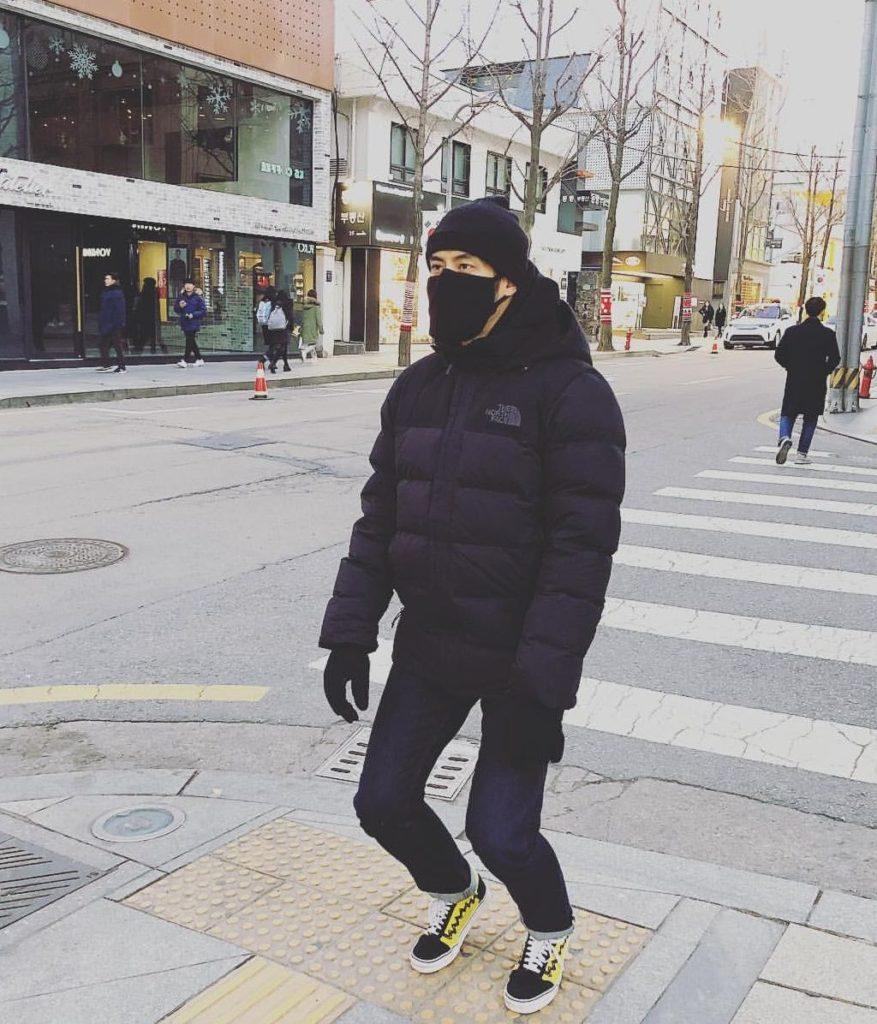 ขำหนักมาก! เฮียบอย โพสต์ภาพแกล้ง เฮียหน่อง หนาวจนต้องเอาถุงเท้าเป็นถุงมือ