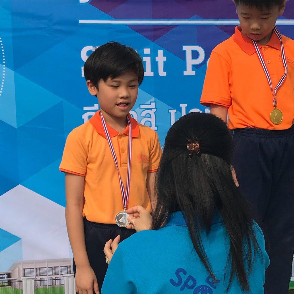 ลุคนี้หล่อเท่ น้องคุน ลูกชายของ หน่อย- เคน ในงานกีฬาสี
