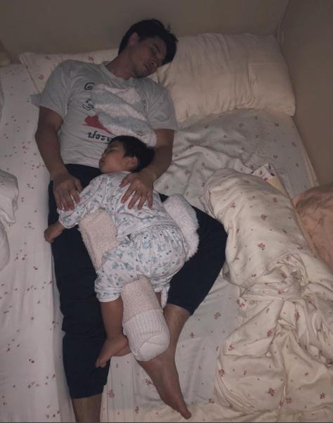 ลิเดีย ศรัณย์รัชต์ แอบถ่าย แมทธิว ดีน นอนหลับกับน้องดีแลน !!!