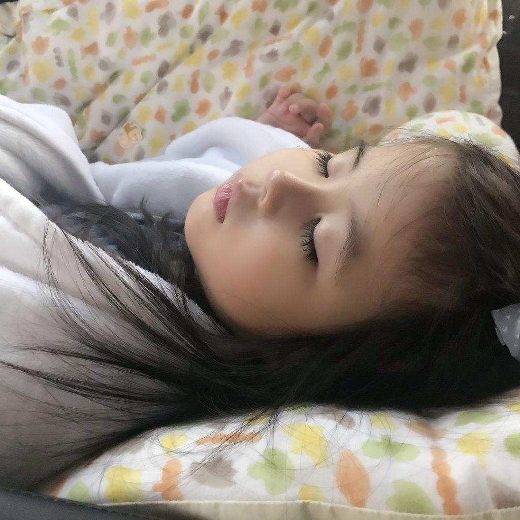 น้าอั้ม ยังเข้ามาแซว ท่านอนของน้องมายู ที่รู้เลยว่าเหมือนใคร