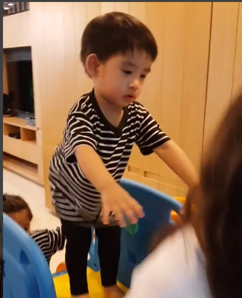 เมื่อ น้องอลัน ไม่ยอมให้ น้าเต้ย เล่นสไลด์เดอร์   (ชมคลิป)