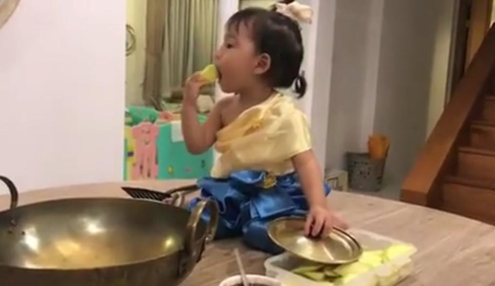 ออเจ้า  หลบไป!! เมื่อ  ออเปา   ทำมะม่วงน้ำปลาหวาน  กินที่บ้านบางพลี (ชมคลิป)