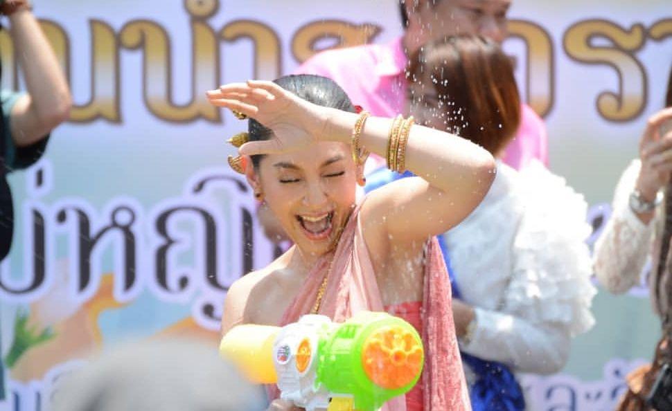เบลล่า (แม่นายการะเกด)  มอบความสุขในวันสงกรานต์  ร่วมเล่นน้ำกับ เหล่าออเจ้า สุดชื่นมื่น(ชมคลิป)
