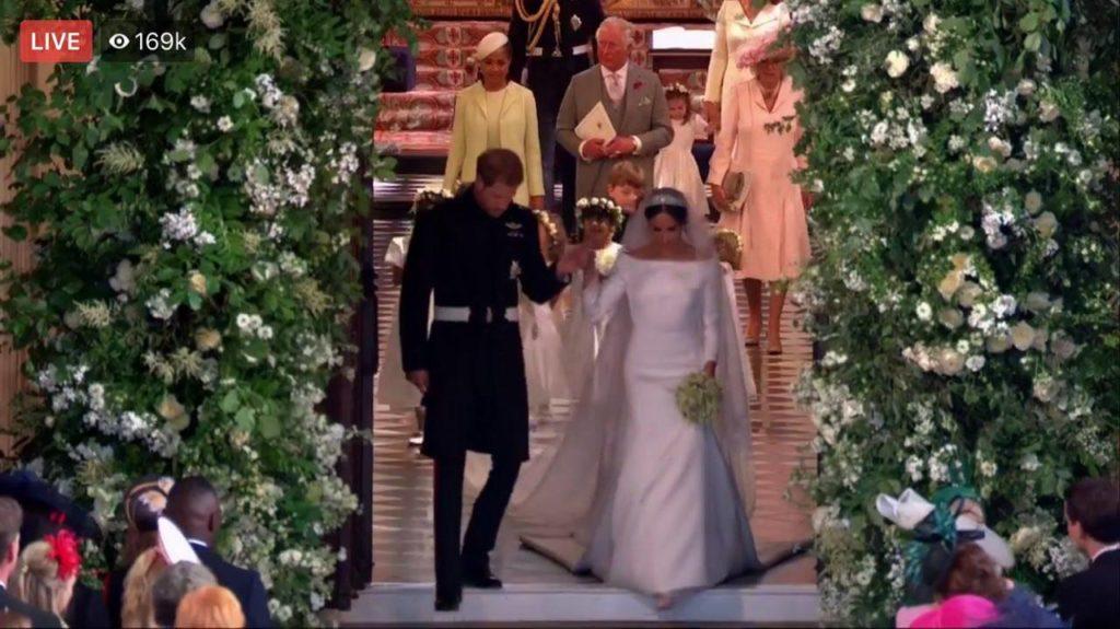 เปิดชอตหวาน! พิธีเสกสมรส เจ้าชายแฮร์รี่ – เมแกน  ทรงมอบจุมพิตหน้าโบสถ์เซนต์จอร์จ ก่อนขึ้นขบวนรถ