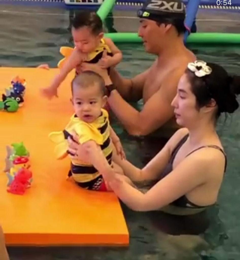 สองผึ้งน้อยสุดน่ารัก น้องดิน – น้องลูก้า เรียนว่ายน้ำ (ชมคลิป)