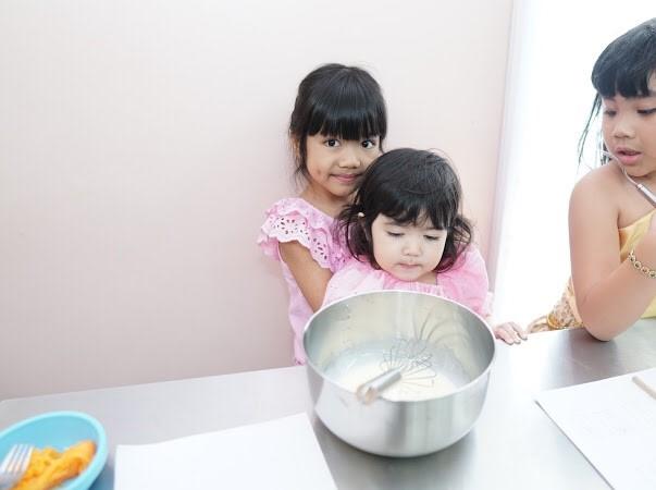 น้องพรีม น้องเรเน่ และเชฟจาดีรังสรรค์ เมนูฝอยทอง ในกิจกรรมไทยนิยม