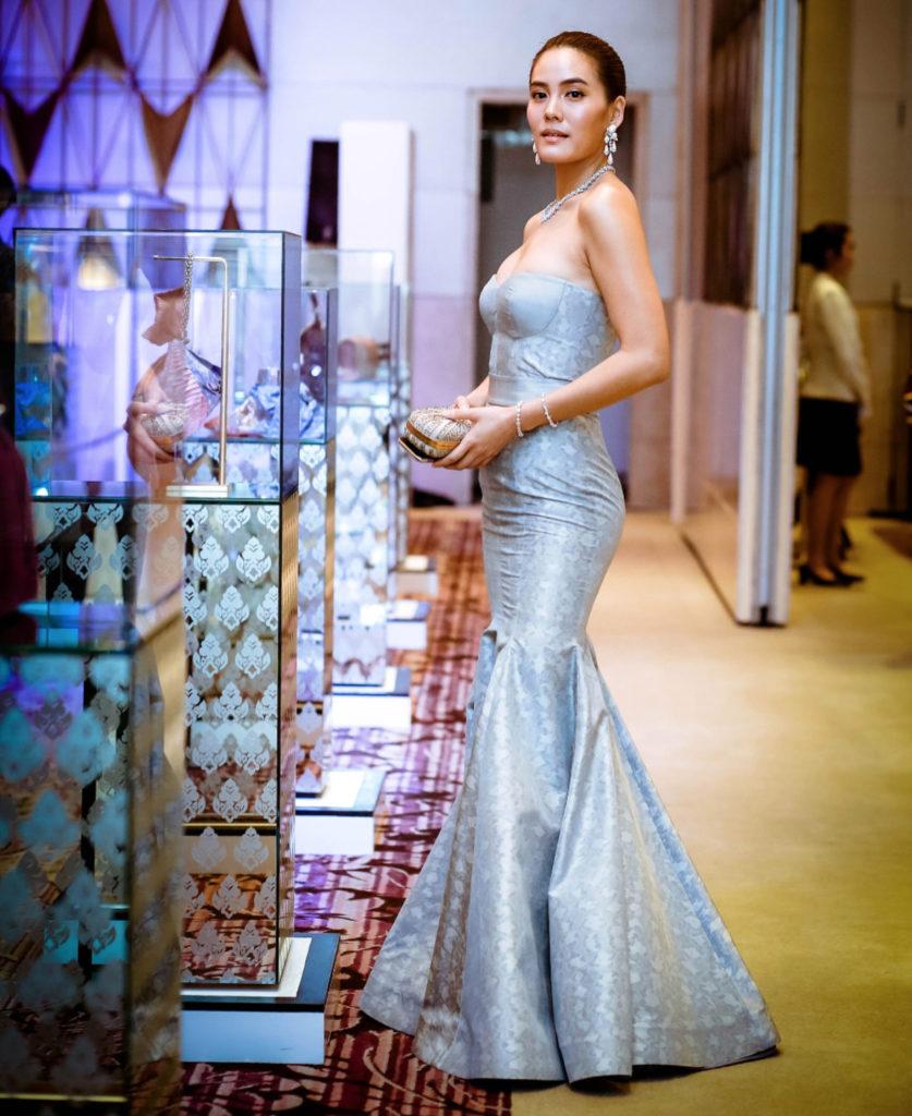 สวยเริ่ดเวอร์!! สาวสุดฮอต เจนี่ เทียนโพธิ์สุวรรณ ในชุดผ้าไหมไทย (ชมคลิป)