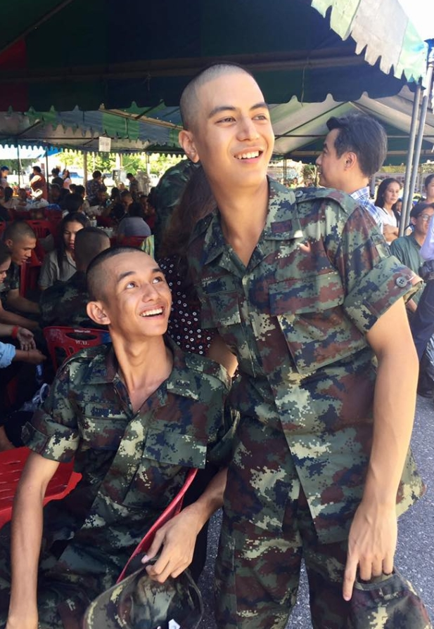ยิ้มกว้าง หมอสุท-หมอจิ๊บ มาเยี่ยมลูกชาย ไอติม พรษฐ์ หลังฝึกทหารครบหนึ่งเดือนพร้อมน้ำตา