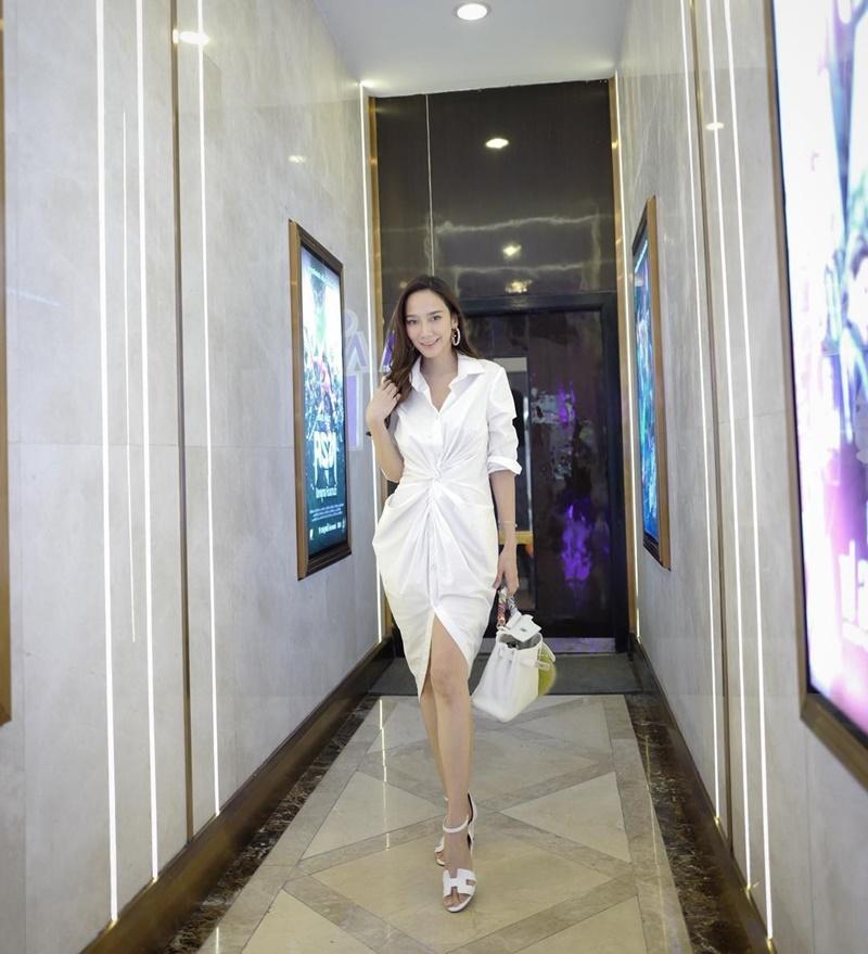 แฟนๆลุ้นหนักมาก! อั้ม พัชราภา กับภาพถ่ายในชุดเจ้าสาว สวมผ้าคลุมผมสีขาวบริสุทธิ์ เห็นแล้วดีต่อใจ