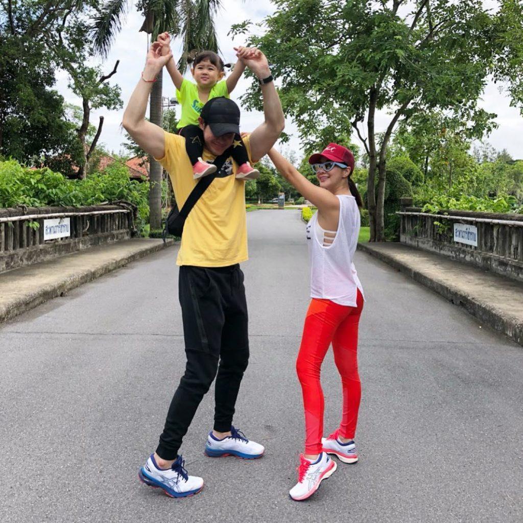 เจ จินตัย  ควงภรรยาหุ่นเป๊ะ และ  น้องพลอยเจ  ไปเที่ยวเกาะ