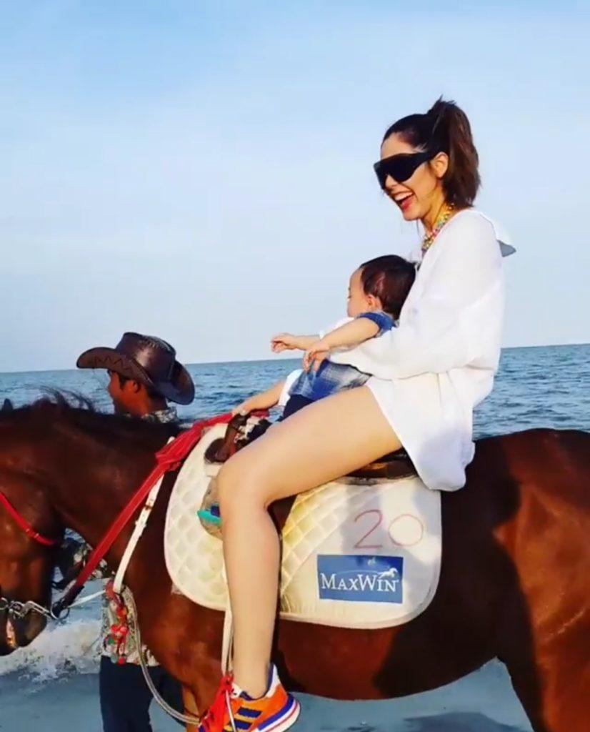 (ชมคลิป) คุณแม่ชมพู่ อุ้ม น้องพายุ ขี่ม้าริมชายหาด  สนุกขนาดไหน?มาดู