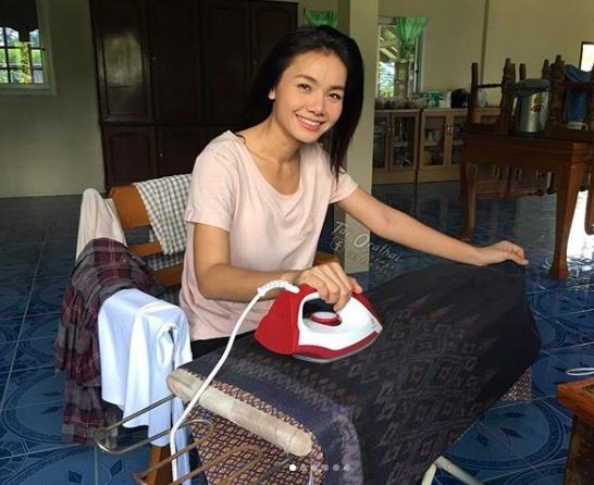 ภาพความน่ารักของ  ต่าย อรทัย  รวยแค่ไหน ก็ไม่ลืมตัว นั่งรีดผ้าถุง เตรียมออกไปทำงาน
