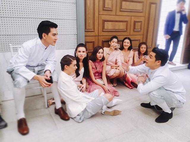 กลมกลืนเลยทีเดียว  เอมี่ กลิ่นประทุม  หล่อเท่และดูแพงมาก ใส่ชุดไทยเป็นเพื่อนเจ้าบ่าว  เคลลี่ ธนะพัฒน์