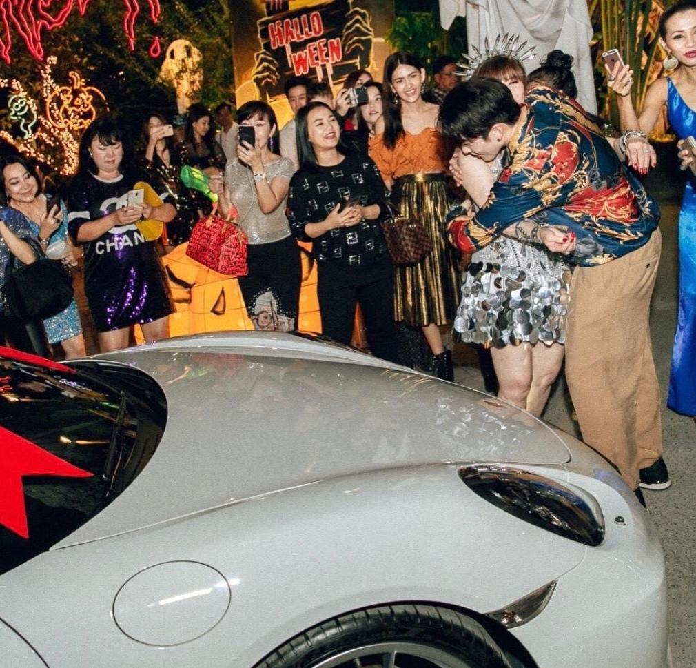 สุดเซอร์ไพรส์  ไมค์ พิรัชต์  ซื้อรถในฝันให้คุณแม่เป็นของขวัญวันเกิด เบาๆ แค่ 7 ล้านกว่าบาท