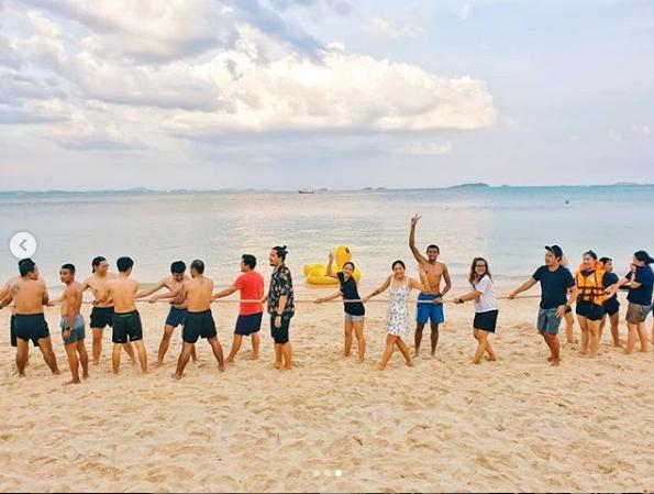 สุดแฮปปี้!! ก้อย – ตูน รวมตัว พาทีมก้าว เที่ยวทะเล