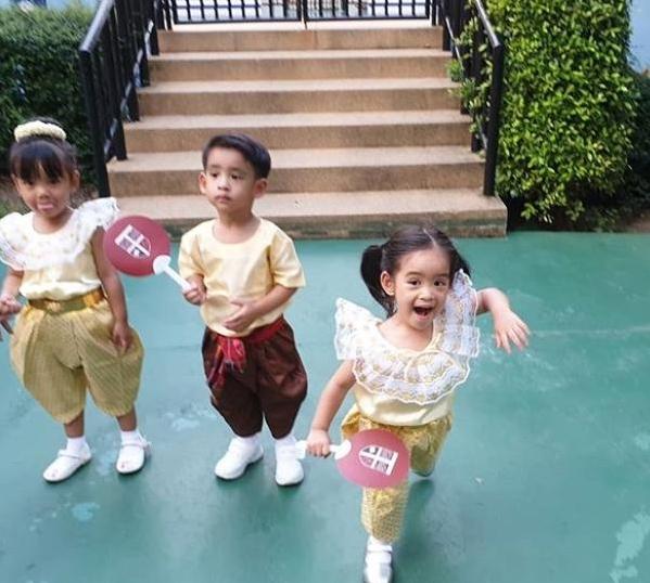 ครอบครัวสุดน่ารัก  โอปอล์-หมอโอ๊ค  พาลูกๆ ใส่ชุดไทยไปงานลอยกระทง