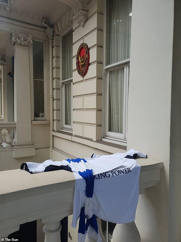 """(คลิป) ใจคอทำด้วยอะไร ! เผยจังหวะ """"หนุ่มปริศนา"""" ขโมยเสื้อเลสเตอร์ที่สถานทูตไทยในลอนดอน"""