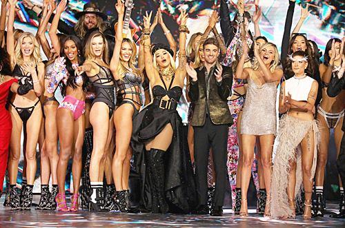 รวมแฟชั่น ของ 8 ศิลปินระดับโลกบนรันเวย์ Victoria's Secret