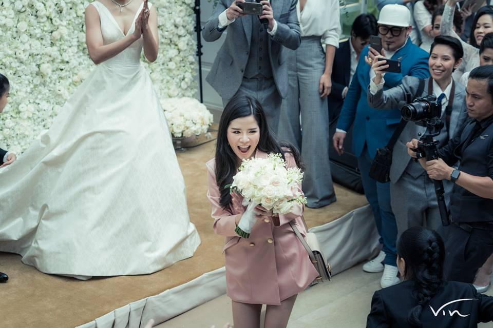 """สุดฮา """"ดีเจต้นหอม-ดีเจแนน"""" แย่งช่อดอกไม้ """"งานแต่งจุ๋ย-พุฒ"""""""