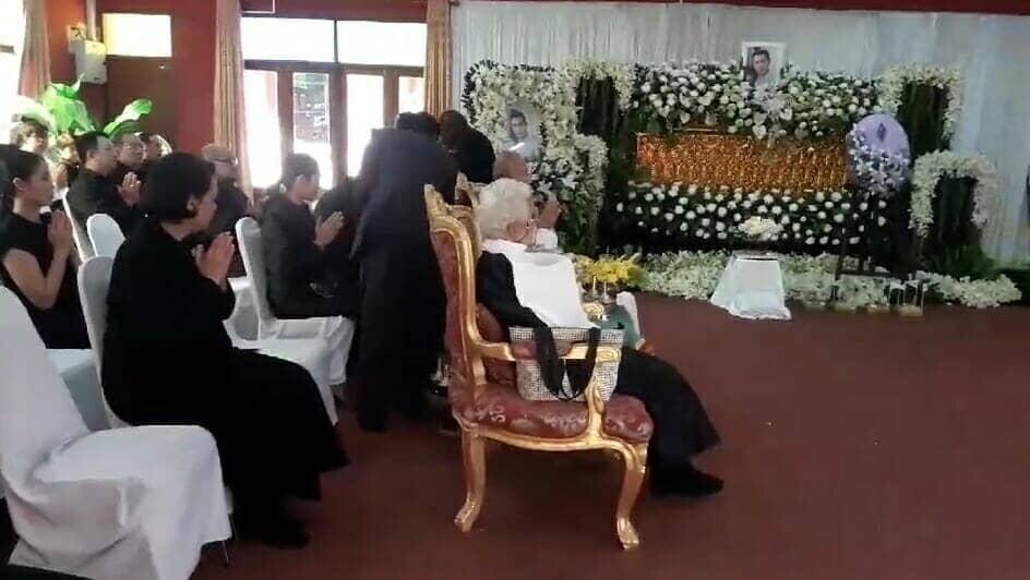(คลิป) บรรยากาศงานศพ โอ วรุฒ อดีตพระเอกดัง เช้าวันนี้เป็นไปเรียบง่าย แฟนคลับทยอยมาร่วมงานจำนวนมาก