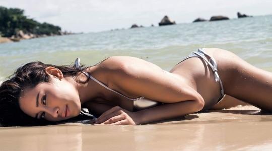 """เผ็ดเวอร์ ! ! """"น้ำเพชร"""" อวดเต้าระเบิด-นุ่งบิกินี่ นอนบนหาดทรายที่สมุย"""