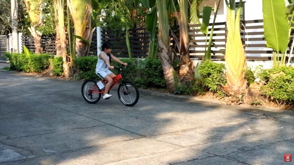 มาดู 2 ออ ออกัส-ออก้า กับการขับจักรยานเป็นครั้งแรก