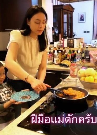 โชว์สเน่ห์ปลายจวัก ตั๊ก บงกช เปิดห้องครัว กับเมนูเด็ดหน้าตาดีทั้งอาหารทั้งคนทำ