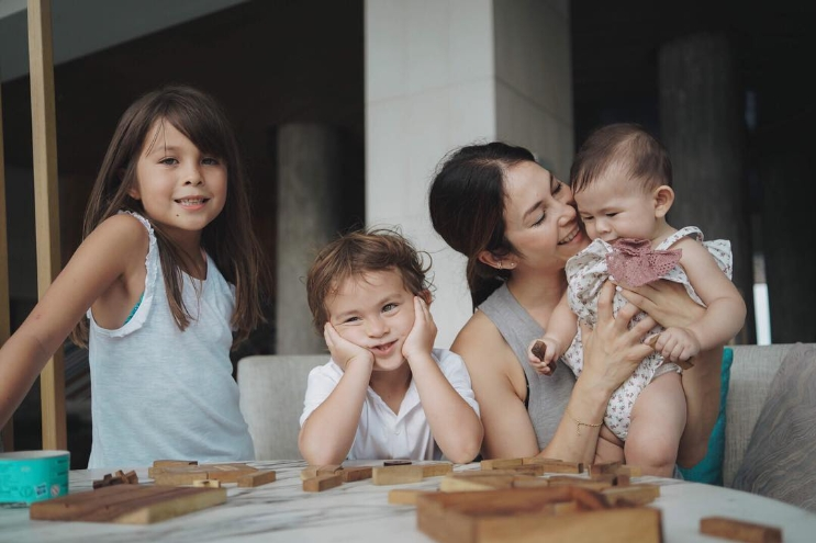 ส่องภาพสุดอบอุ่น ครอบครัว พอลล่า เทเลอร์ ไม่รู้ทำไมหน้าตาดีทั้งบ้าน!!