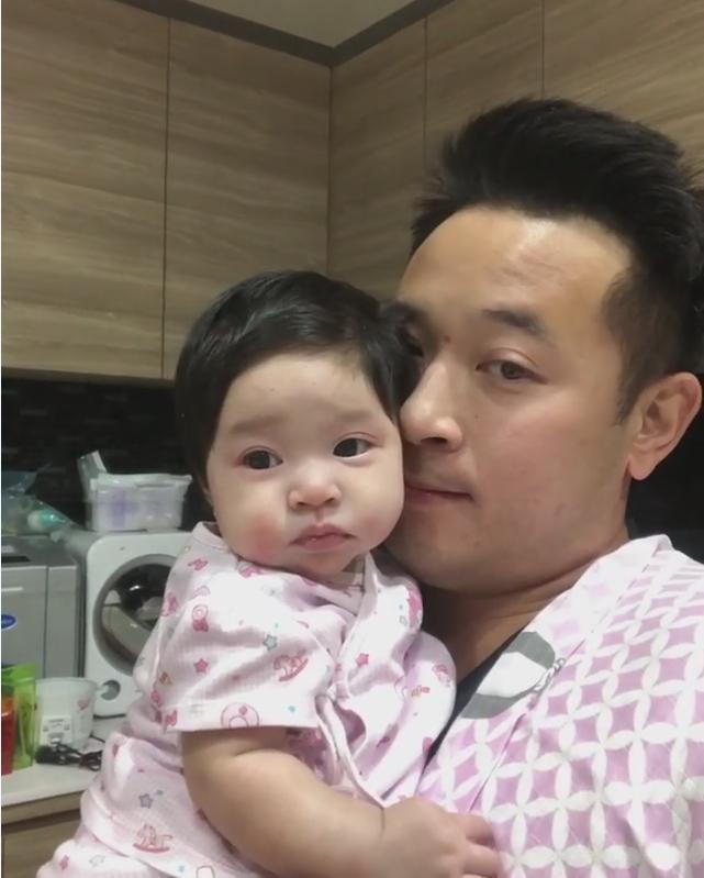 มาดูความน่ารักของ น้องปราง ลูกสาวคนเล็กของบ้าน เมื่อได้ร่วมเฟรม พ่อมิค!! (ชมคลิป)