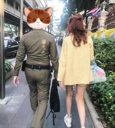 ถึงกับกลั้นไม่อยู่ หญิงแย้ น้ำตาไหล สามีตำรวจเซอร์ไพรส์วันครบรอบ โชว์จูบดูดดื่ม (ชมคลิป)