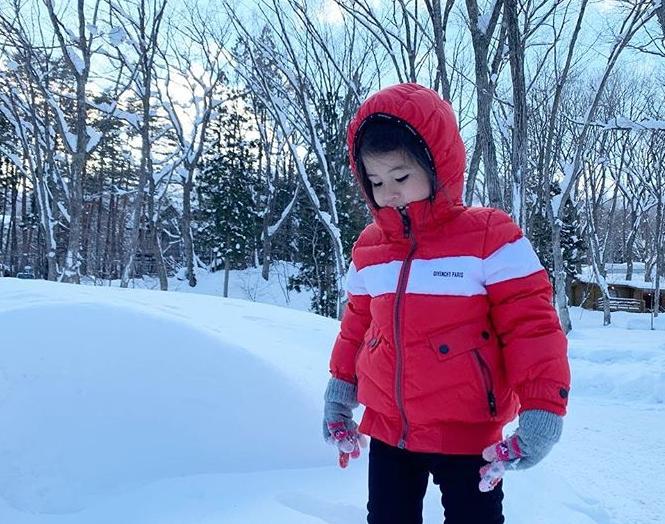 เมย์ เฟื่องอารมณ์ เผยภาพ น้องมายู ตอนได้เจอหิมะครั้งแรก!! อาการก็จะประมาณนี้!!