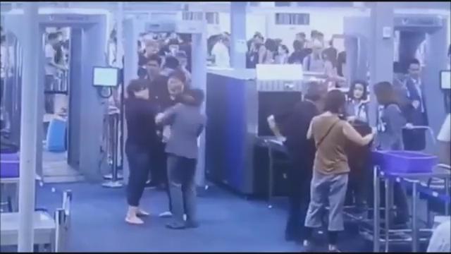นักท่องเที่ยวเกาหลี ตบ!! สาวเจ้าหน้าที่สนามบิน ขณะตรวจความปลอดภัย
