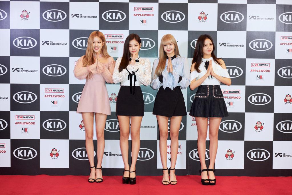 """4 สาว """"BLACKPINK"""" โปรยเสน่ห์ความคิ้วท์กลางพรมแดงงานแถลงข่าว ส่งสัญญาณความพร้อม สำหรับคอนเสิร์ตใหญ่ครั้งแรกที่ไทย"""