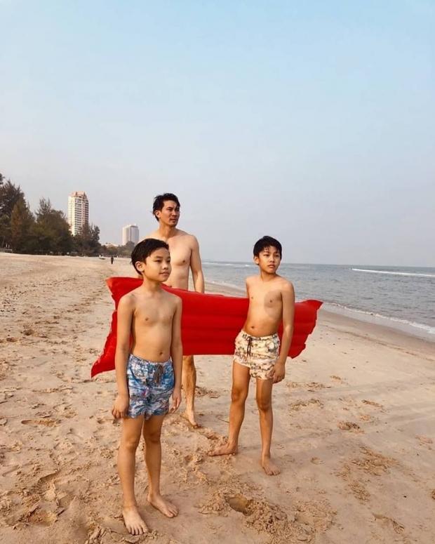 น่ารักกันทั้งบ้าน เคน-หน่อย ควงลูกชาย เที่ยวทะเล