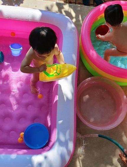 โมเมนต์สุดน่ารัก ชมพู่ อารยา เล่นน้ำกับลูกๆ หลายคนโฟกัสไปที่ความน่าเอ็นดูของ พายุ