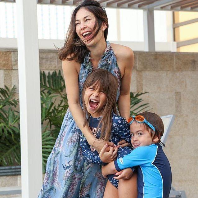 """เปิดภาพ """"พอลล่า เทเลอร์"""" และ ลูกๆ ในชุดไทย"""