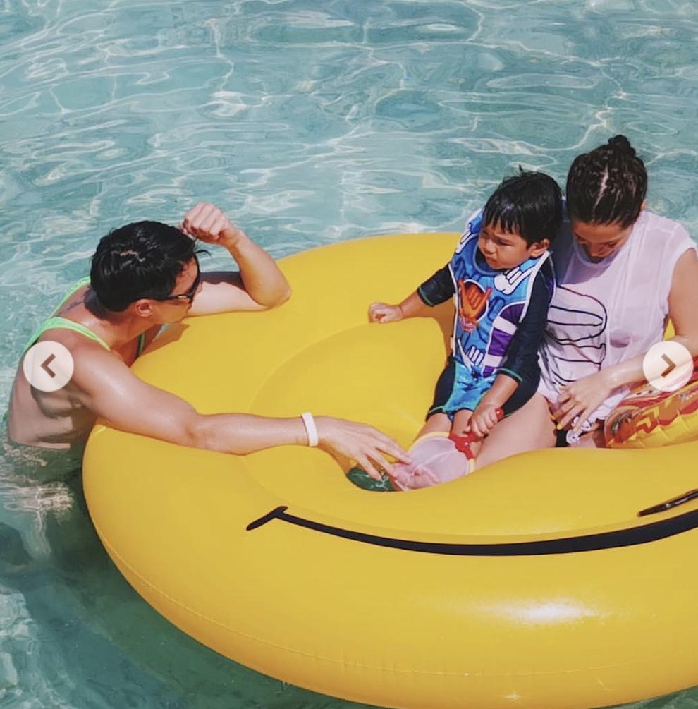 """""""ลีเดีย"""" ยังต้องยอมเมื่อเจอชุดว่ายน้ำ """"แมทธิว ดีน"""" อวดก้นขาวทำมัลดีฟส์สะเทือน"""