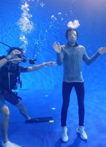 ฮีโร่ของคนไทย ตูน สุดทรหด ถ่ายรณรงค์งดใช้ถุงพลาสติกใต้น้ำลึก 6 เมตร 5 ชม.ช็อกน้ำ!