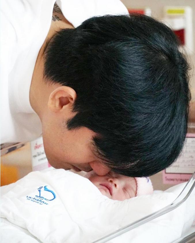 หนุ่ม ศรราม ควงภรรยาและ น้องวีจิ อายุได้ 8 วัน ทำบุญตักบาตร
