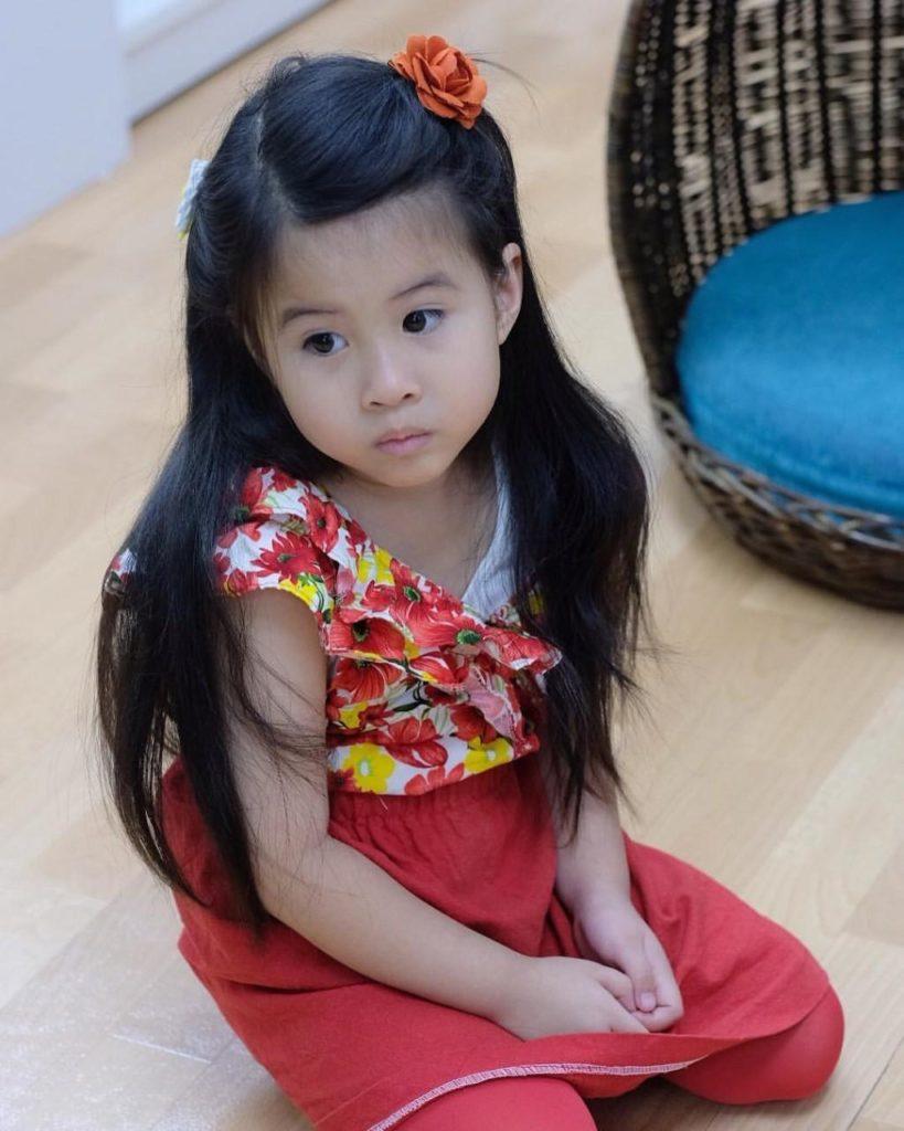 โตเป็นสาวแล้ว น้องมายู จัดเต็มชุดลายดอกย้อนยุค โดนแซวเหมือน แม่เมย์ ในละครสมัยอดีต!!