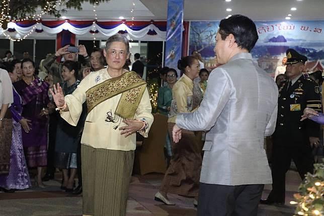 สุดปีติ สมเด็จพระเทพฯ ทรงร่วมรำวงลาว ในงานสะหลองปีใหม่ ที่สถานทูตลาว (คลิป)