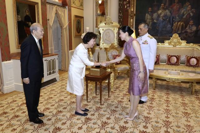 สมเด็จพระราชินี ทรงแย้มพระสรวล และให้ความเป็นกันเอง กับเอกอัครราชทูตสาธารณรัฐสิงคโปร์