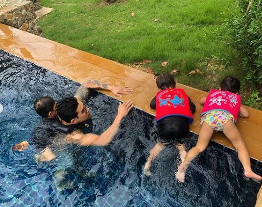 """สุดทึ่ง!!!""""กาย-รัชชานนท์""""ฝึกลูกว่ายน้ำ แต่ลูกๆเก่งขั้นนี้แล้ว (ชมคลิป)"""