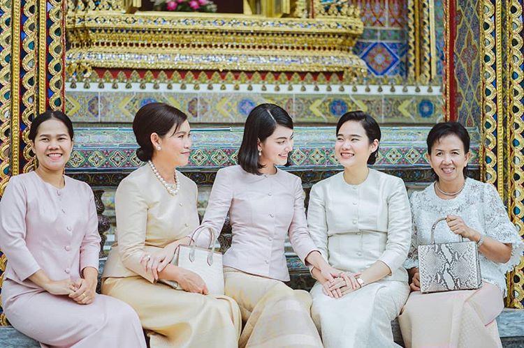 """งดงามแบบไทยๆ """"ใหม่ ดาวิกา"""" เข้าวัดทำบุญ สวมชุดไทย เรียบๆ แต่ดูดีมาก"""