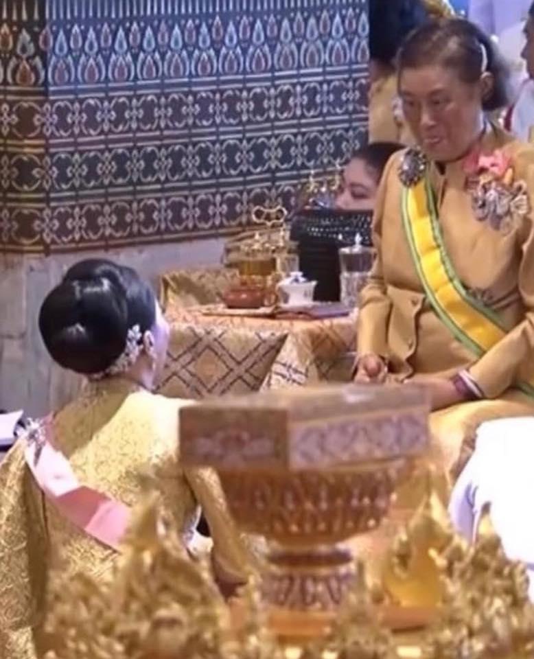 เป็นโมเมนต์ที่น่ารัก สมเด็จพระเทพฯ ทรงแลบลิ้นเล่นกับสมเด็จเจ้าฟ้าหญิงสิริวัณณวรีฯ (ชมคลิป)